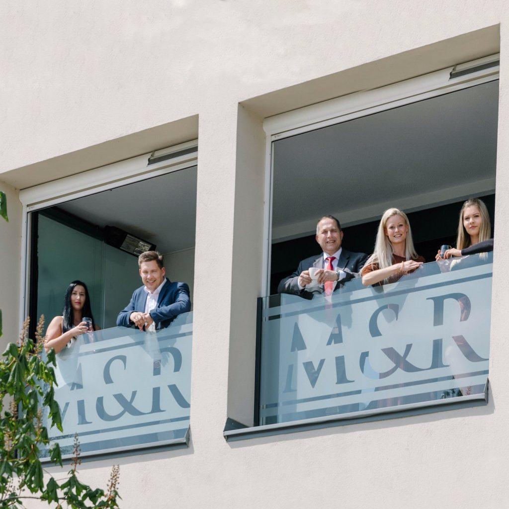 Team von Kanzlei Wolkersdorf am Balkon Quadrat